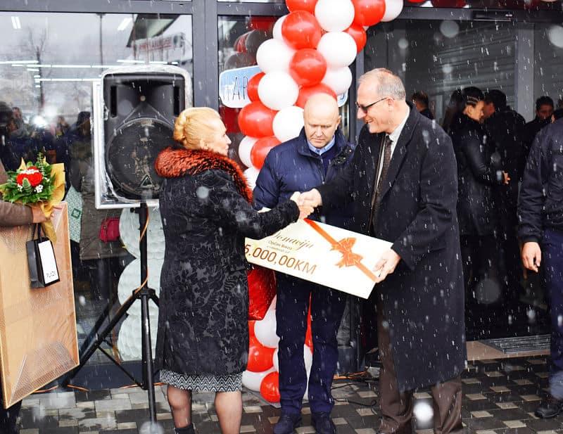 Direktorica Saima Hodžić je načelniku općine Breza uručila donaciju u iznosu od 5.000,00KM, za općinu Breza i njene građane